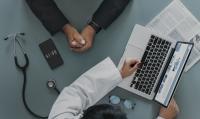 Condamnation d'un médecin du travail pour avoir délivré des « rapports tendancieux » sur des risques de harcèlement sexuel en entreprise