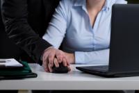 Le mode managérial «tactile» d'un employeur ne l'exonère pas de sa responsabilité en matière de harcèlement sexuel